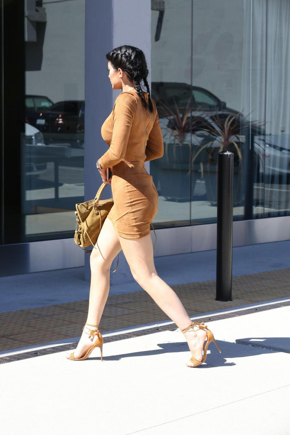 Kylie Jenner sexy: miniabito, trucco da Barbie e Ferrari7