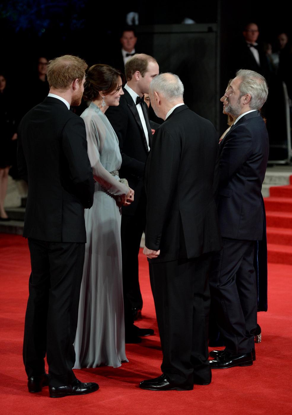 Kate Middleton alla prima di Spectre: abito firmato Jenny Packham 8