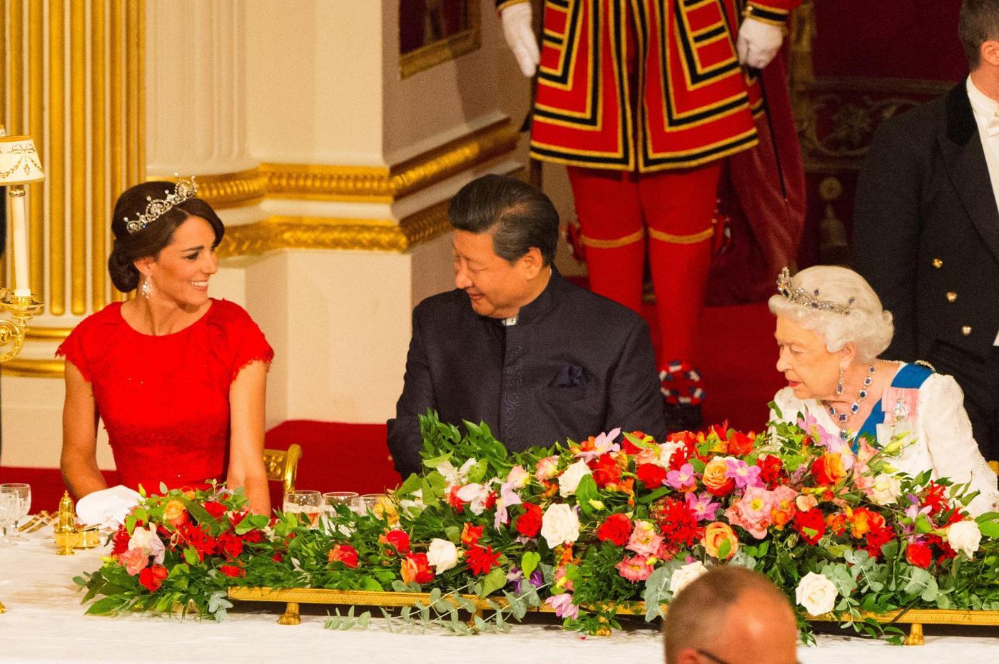 Kate Middleton con tiara e abito rosso alla cena di gala FOTO3
