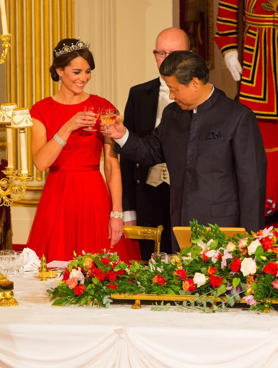 Kate Middleton con tiara e abito rosso alla cena di gala FOTO2