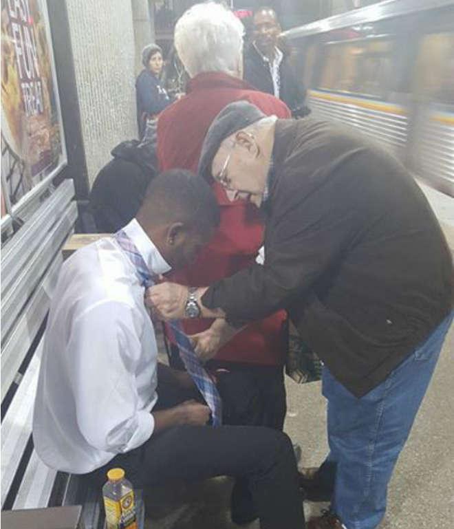 L'anziano che aiuta giovane a fare nodo cravatta. FOTO è virale