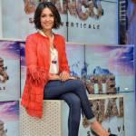 Caterina Balivo glamour con giacca a frange e tacchi FOTO