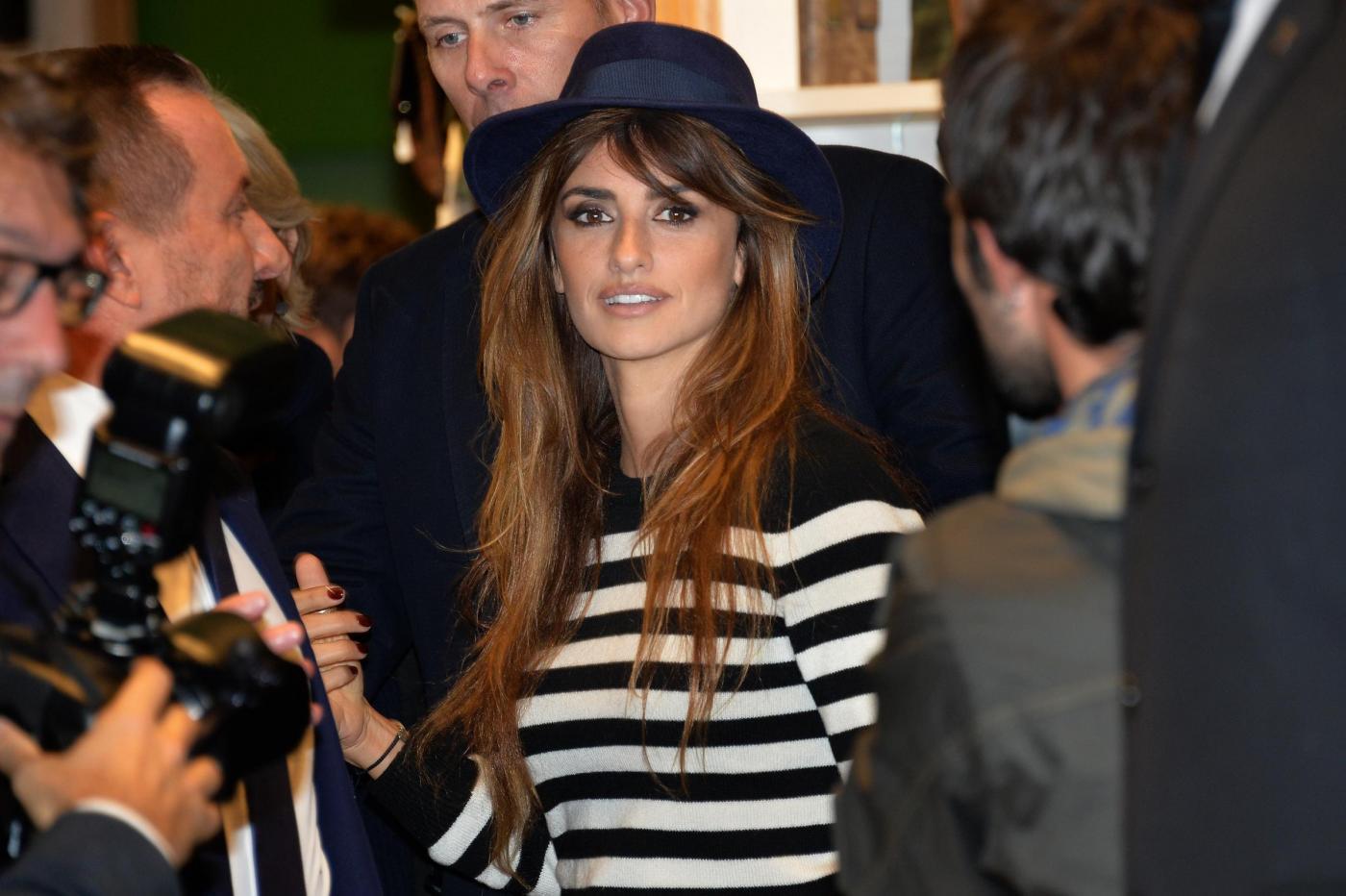 Penélope Cruz chic a Milano: stivali alti e jeans21