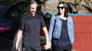 Anne Hathaway incinta, non riesce a nascondere pancione VIDEO