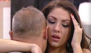 Quando la telecamera è tornata su di lei, il volto era pieno di lacrime, con la Marcuzzi che la spronava a raccontare per liberarsi di questo peso