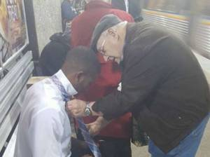 L'anziano che aiuta giovane a fare nodo cravatta. FOTO è virale2