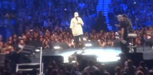 Justin Bieber prega per Parigi, poi scherza con i fan