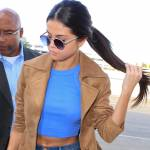 Selena Gomez: top e pancia scoperta all'aeroporto FOTO