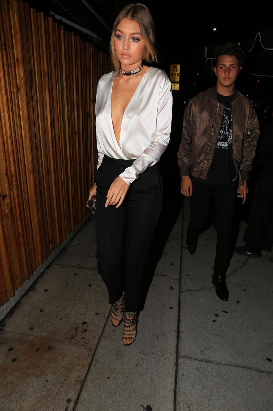 Gigi Hadid senza reggiseno al compleanno di Kendall Jenner FOTO