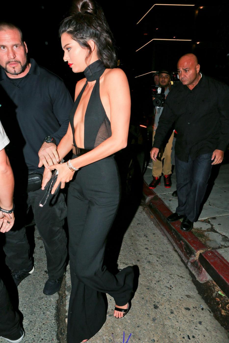 Kendall Jenner quasi scheletrica con la tutina nera scollata FOTO 1