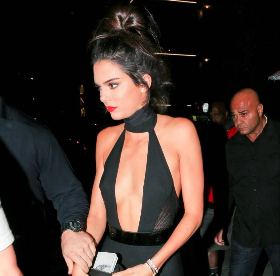 Kendall Jenner quasi scheletrica con la tutina nera scollata FOTO 3