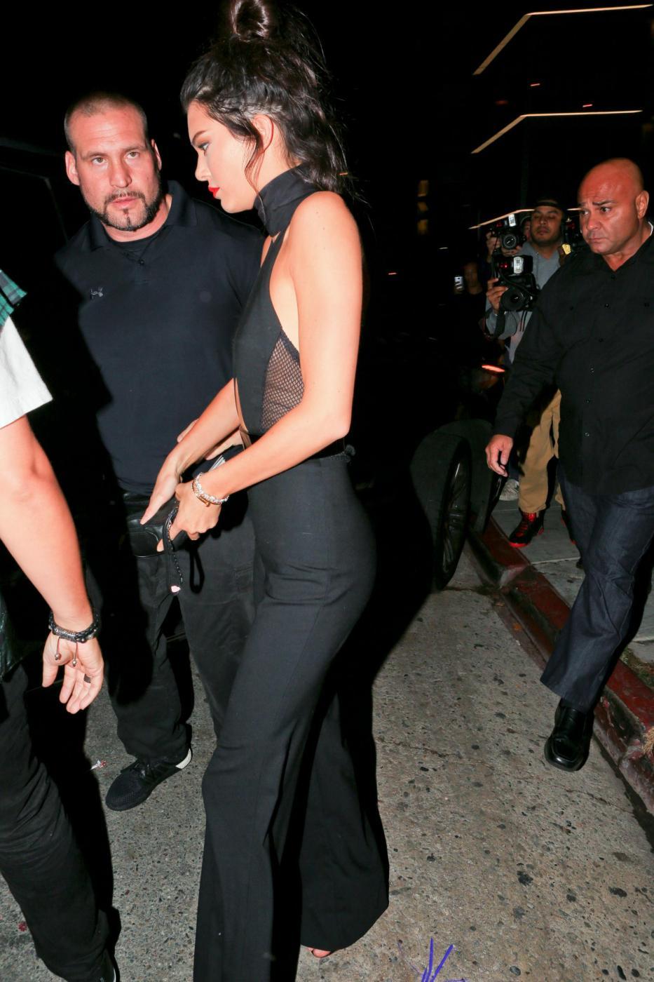 Kendall Jenner quasi scheletrica con la tutina nera scollata FOTO 5