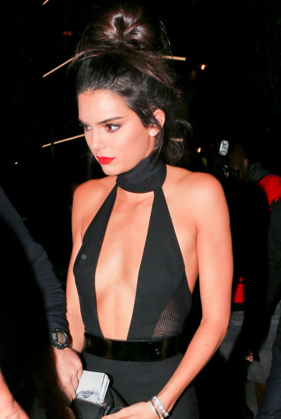 Kendall Jenner quasi scheletrica con la tutina nera scollata FOTO 6