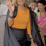 Regina Maxima d'Olanda, gonna a matita e gambe in vista FOTO