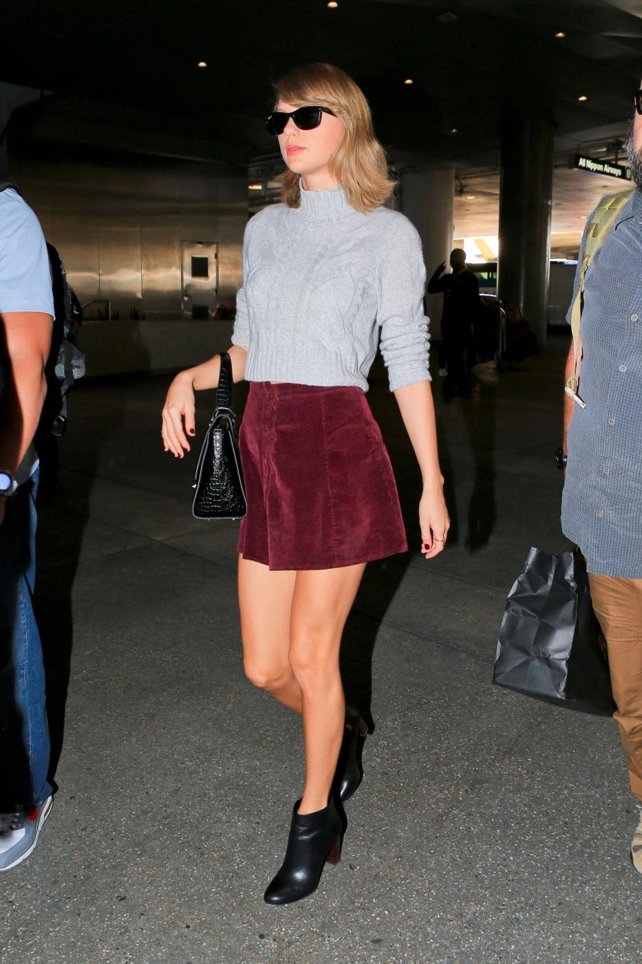 Taylor Swift: minigonna, tacchi e gambe in vista FOTO