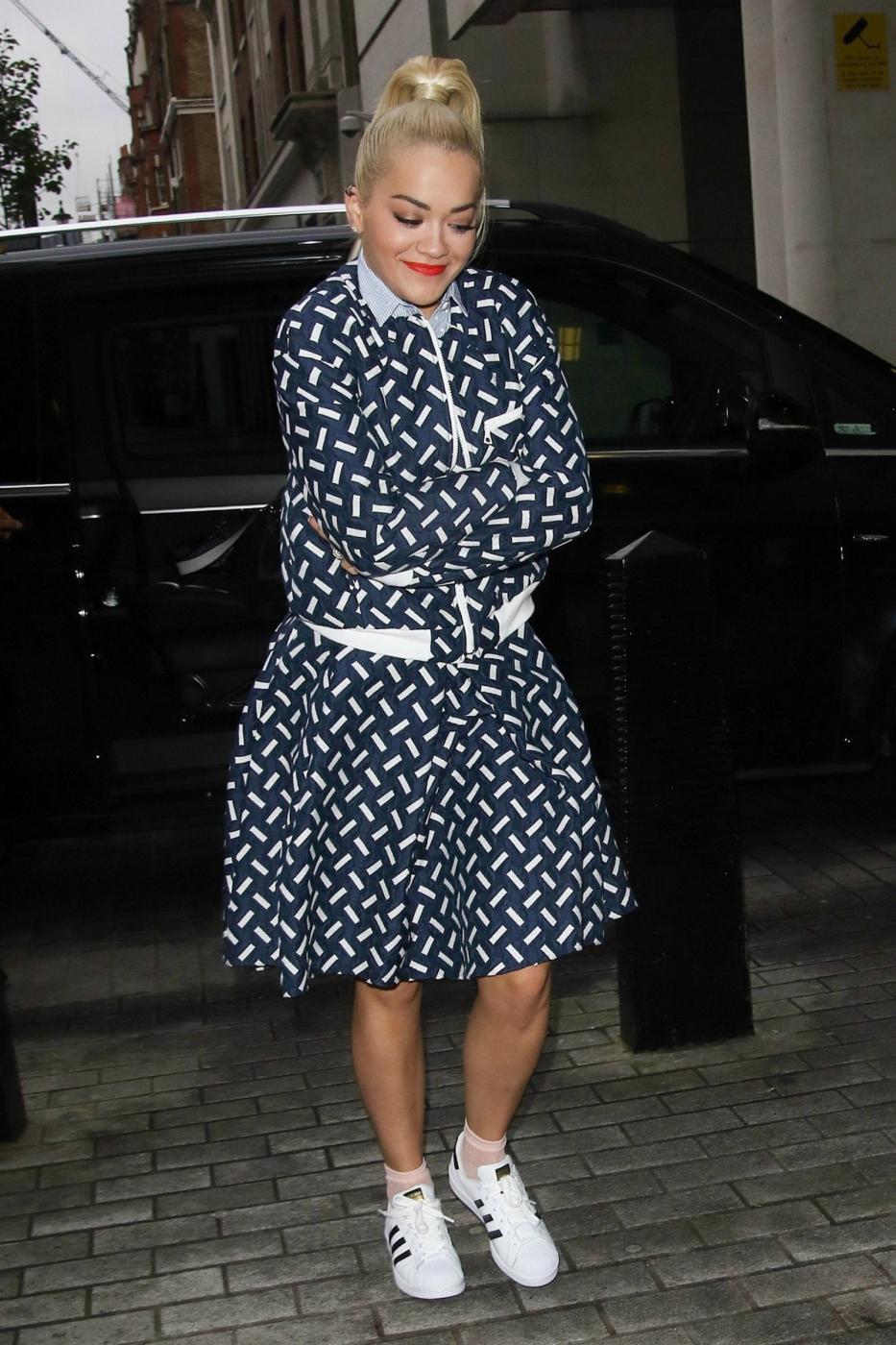 Rita Ora, look bocciato: sneakers e gonna stonano...FOTO 5