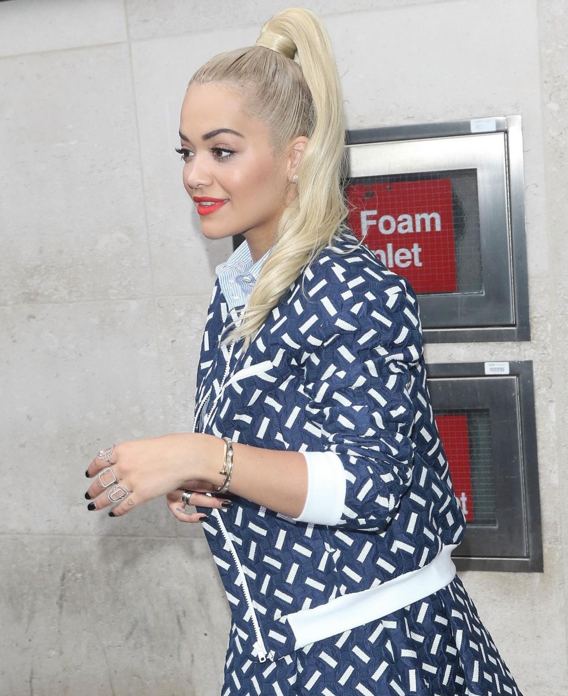 Rita Ora, look bocciato: sneakers e gonna stonano...FOTO 6