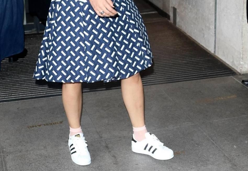 Rita Ora, look bocciato: sneakers e gonna stonano...FOTO 7