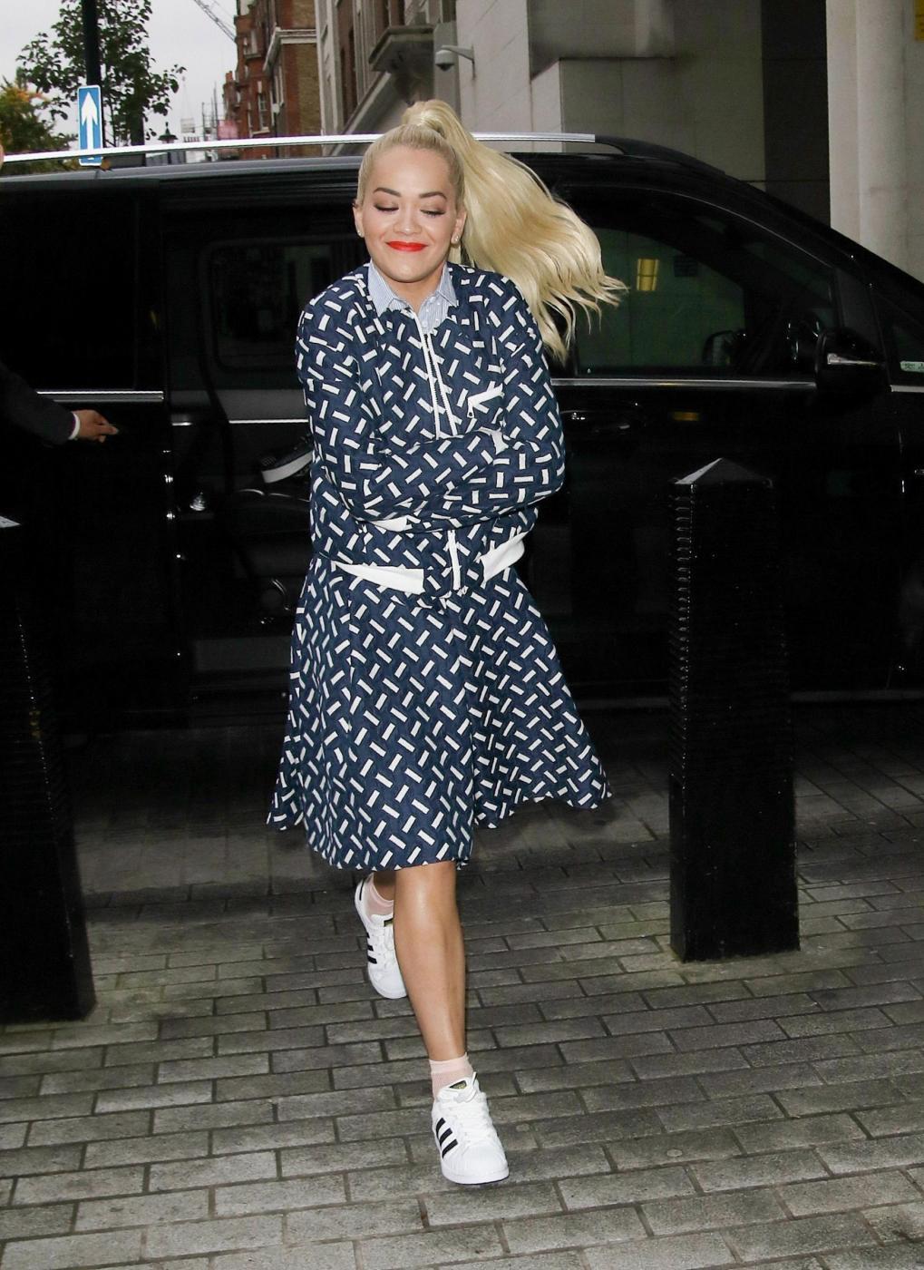 Rita Ora, look bocciato: sneakers e gonna stonano...FOTO
