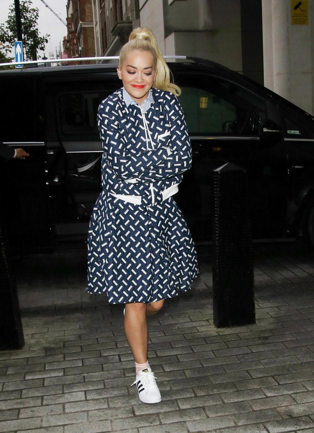 Rita Ora, look bocciato: sneakers e gonna stonano...FOTO 1