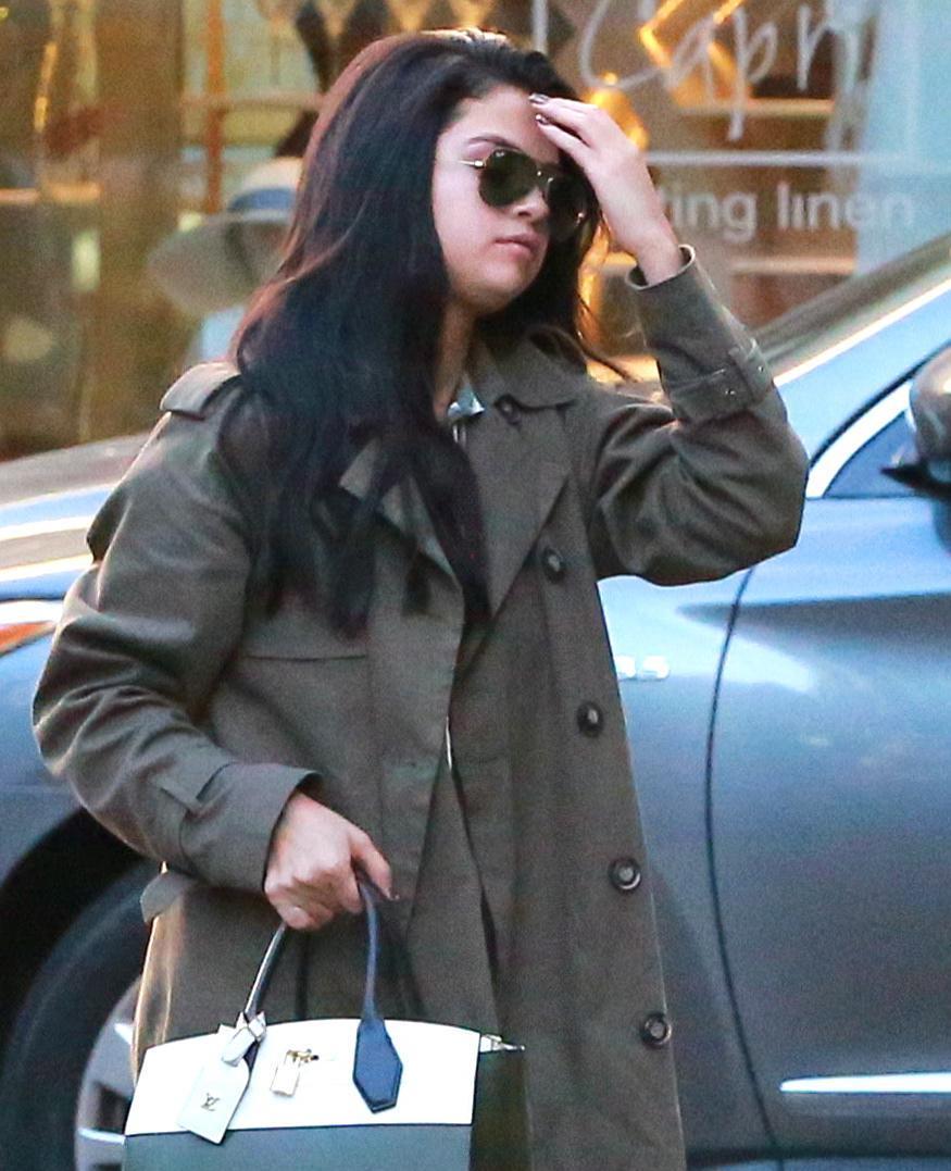 Selena Gomez, trench verde e borsa Louis Vuitton FOTO