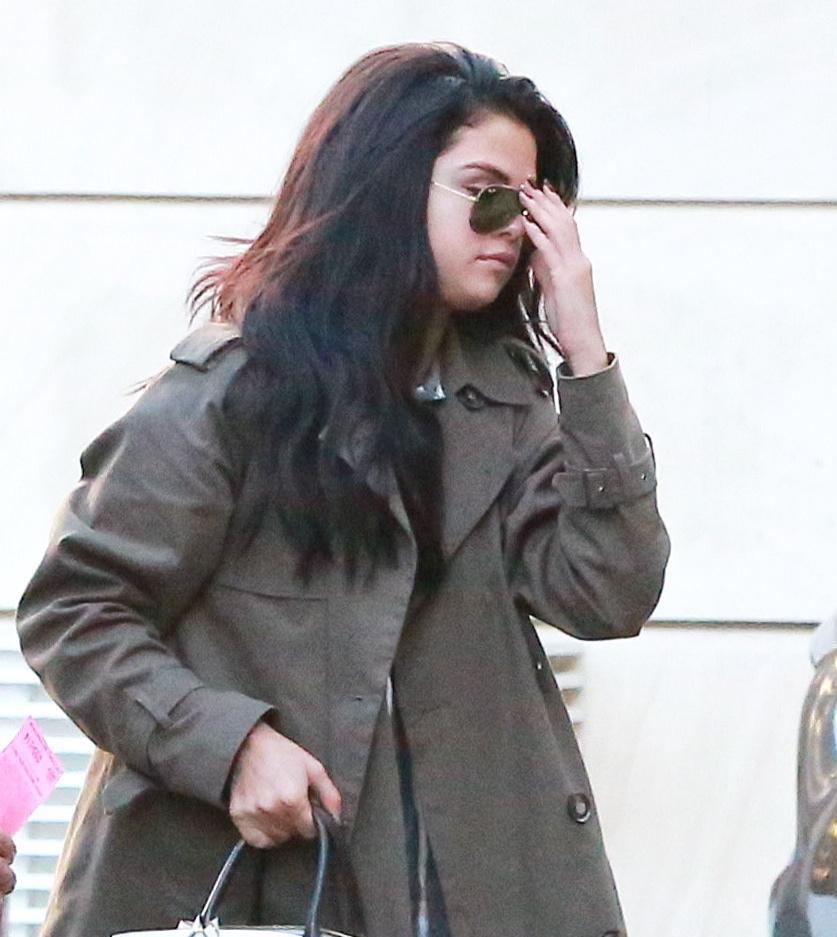 Selena Gomez, trench verde e borsa Louis Vuitton FOTO 3