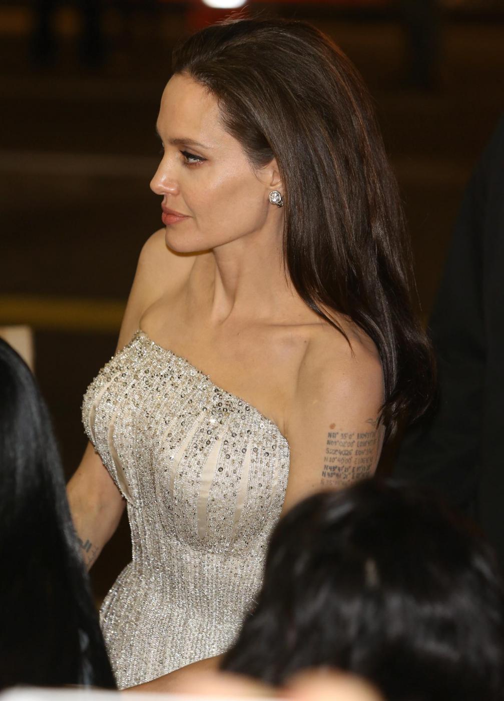 """Angelina Jolie, abito Versace alla prima """"By the sea"""" FOTO/VIDEO"""