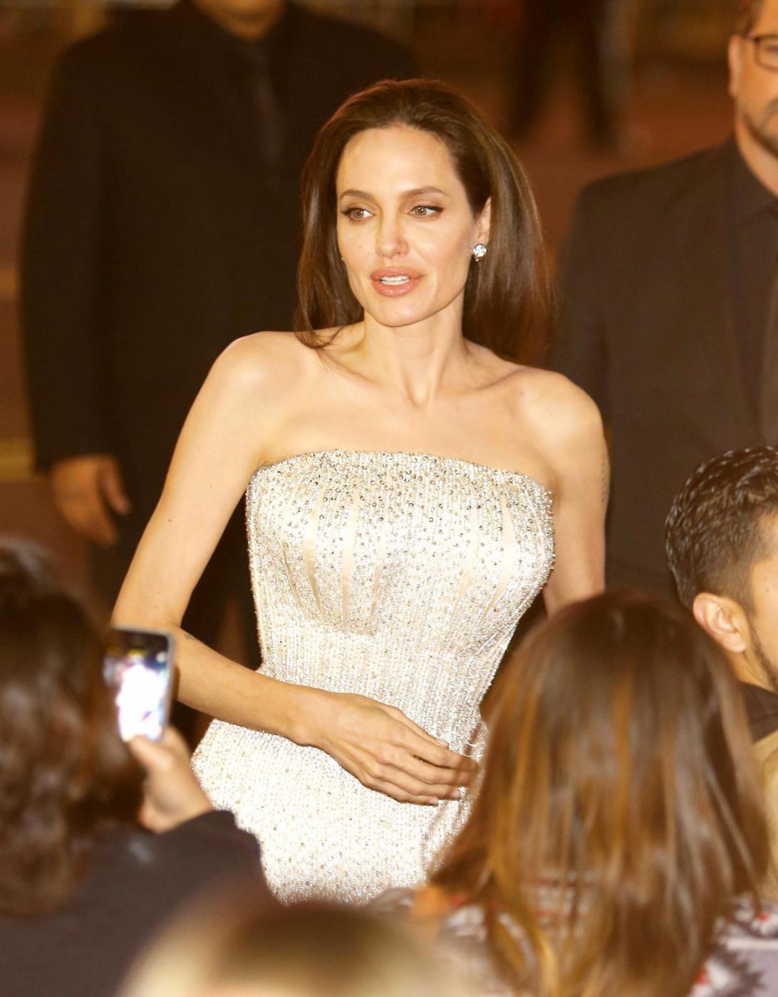 """Angelina Jolie, abito Versace alla prima """"By the sea"""" FOTO/VIDEO vb"""