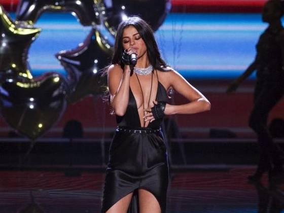 Selena Gomez scollatissima alla sfilata Victoria's Secret FOTO