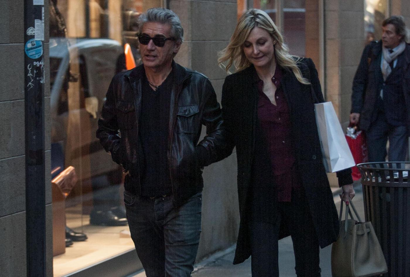 Luciano Ligabue e la moglie Barbara Pozzo a passeggio FOTO 1