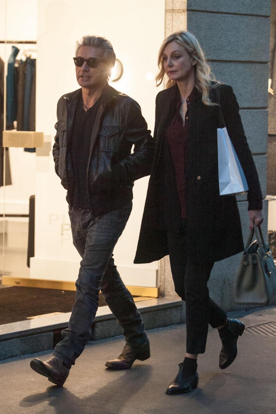 Luciano Ligabue e la moglie Barbara Pozzo a passeggio FOTO 4