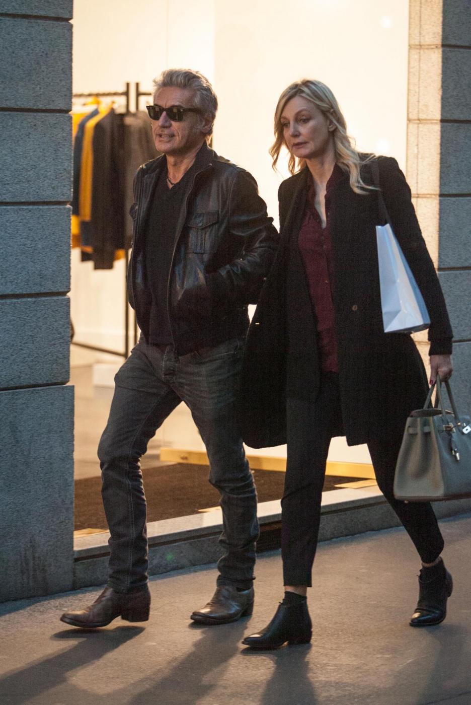 Luciano Ligabue e la moglie Barbara Pozzo a passeggio FOTO 8