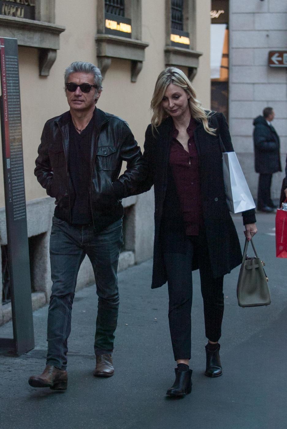 Luciano Ligabue e la moglie Barbara Pozzo a passeggio FOTO ioo
