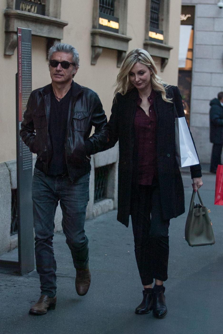 Luciano Ligabue e la moglie Barbara Pozzo a passeggio FOTO 90