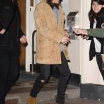 Harry Styles chic: cappotto in renna a camperos a Londra FOTO 3