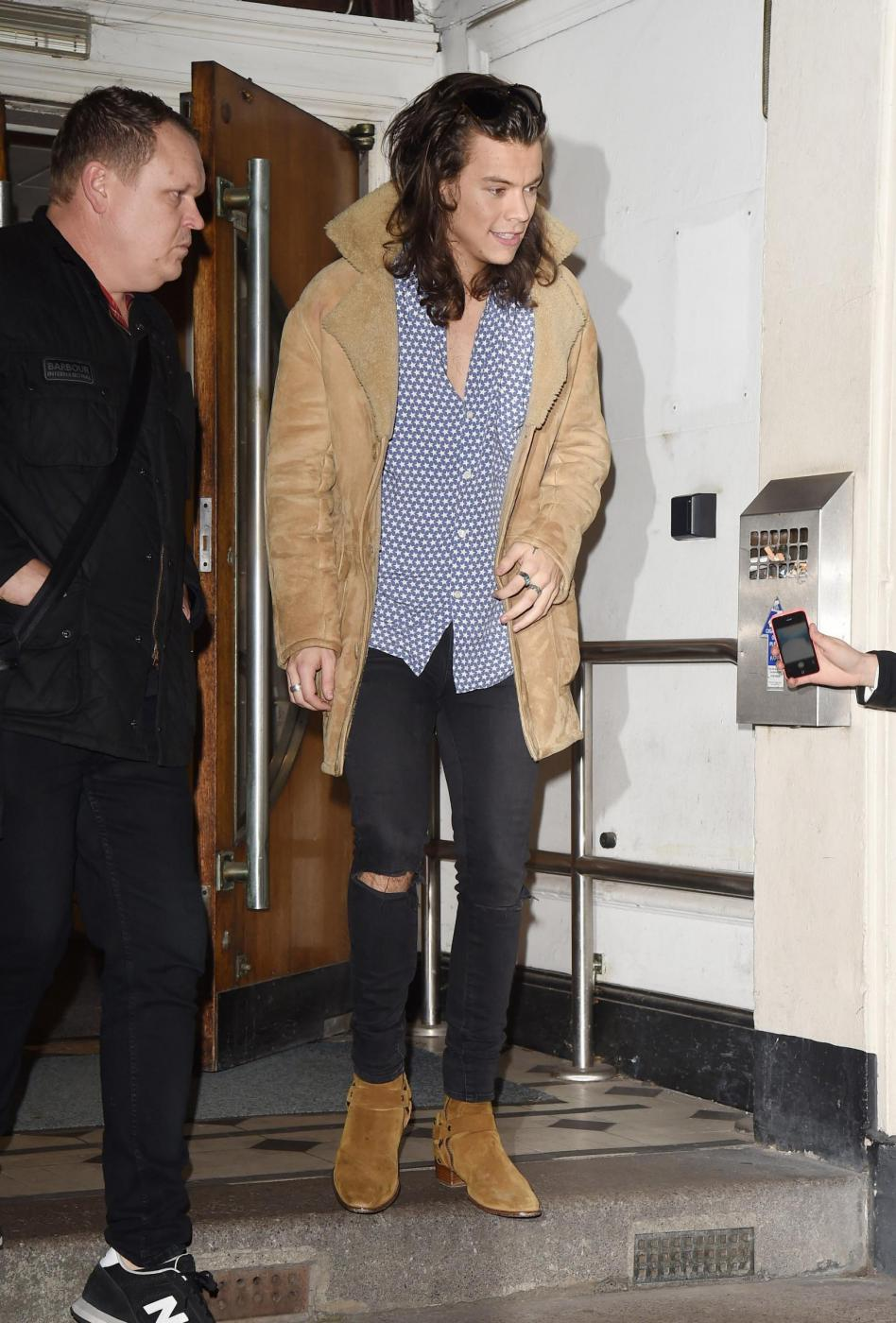 Harry Styles chic: cappotto in renna a camperos a Londra FOTO 4