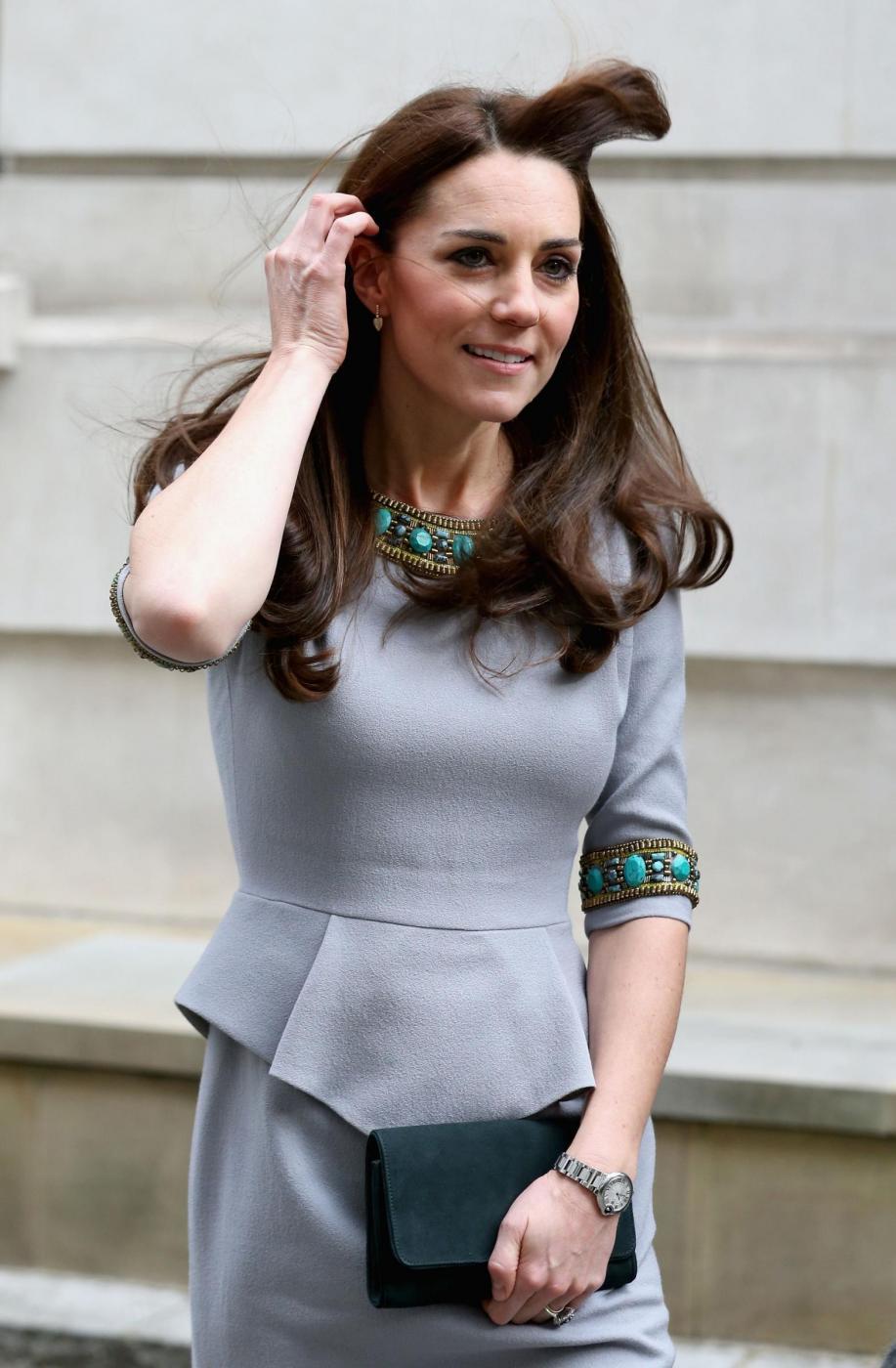 Kate Middleton, frangia e tubino grigio FOTO pp