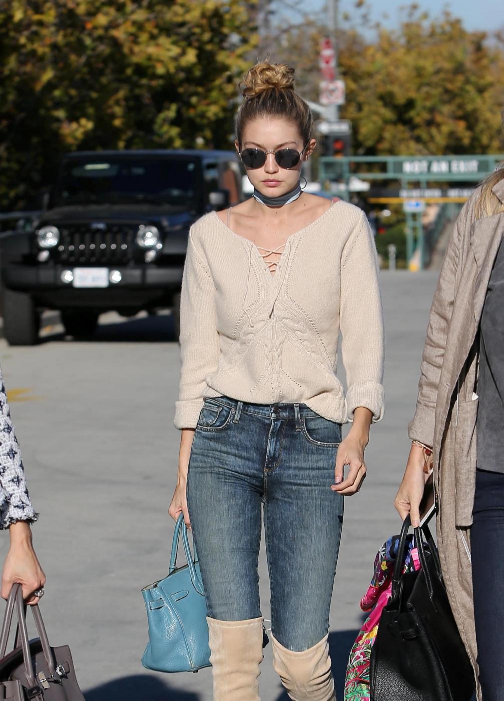 Gigi Hadid: jeans e maxi stivali color panna FOTO