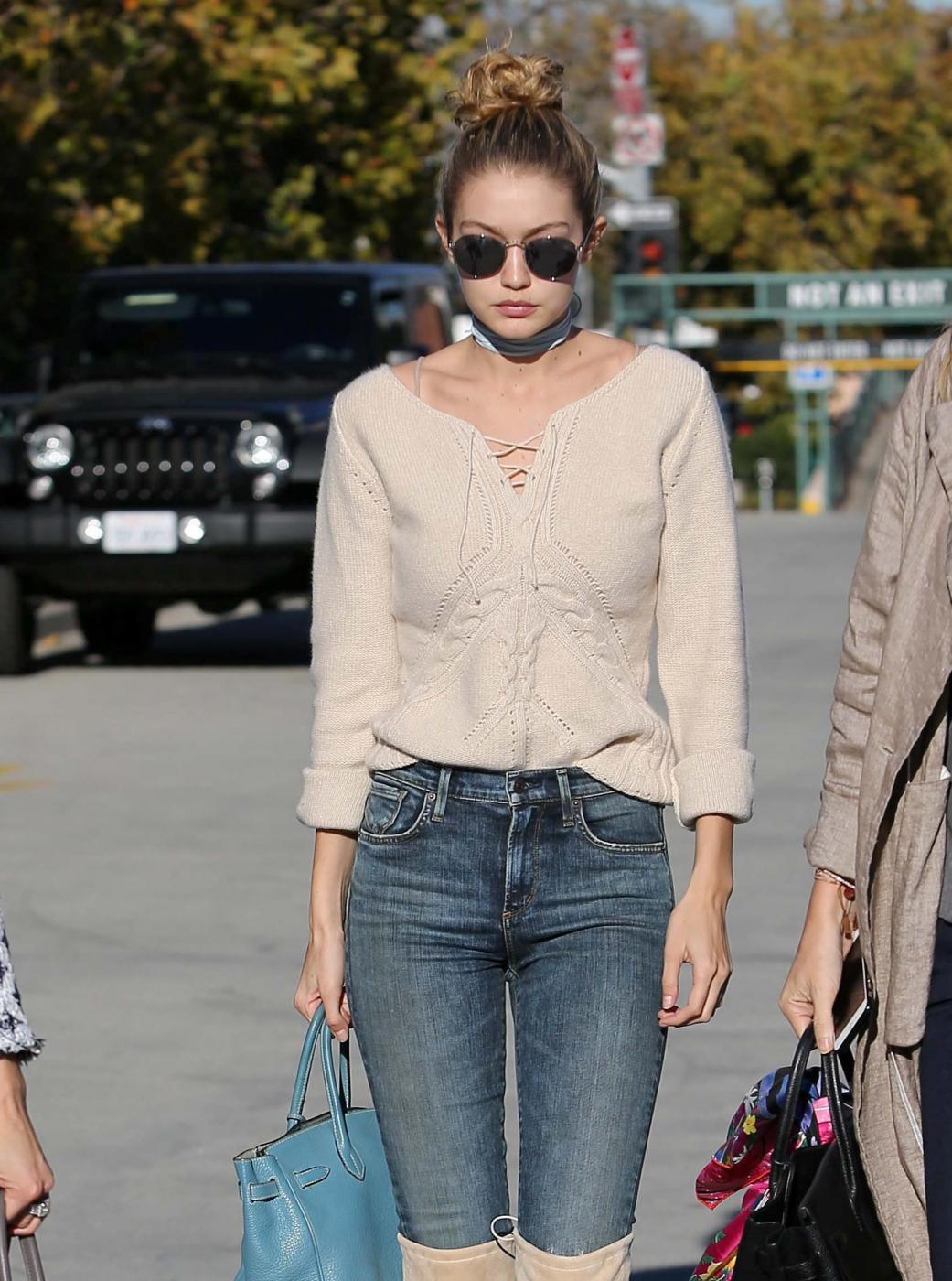 Gigi Hadid: jeans e maxi stivali color panna FOTO 1