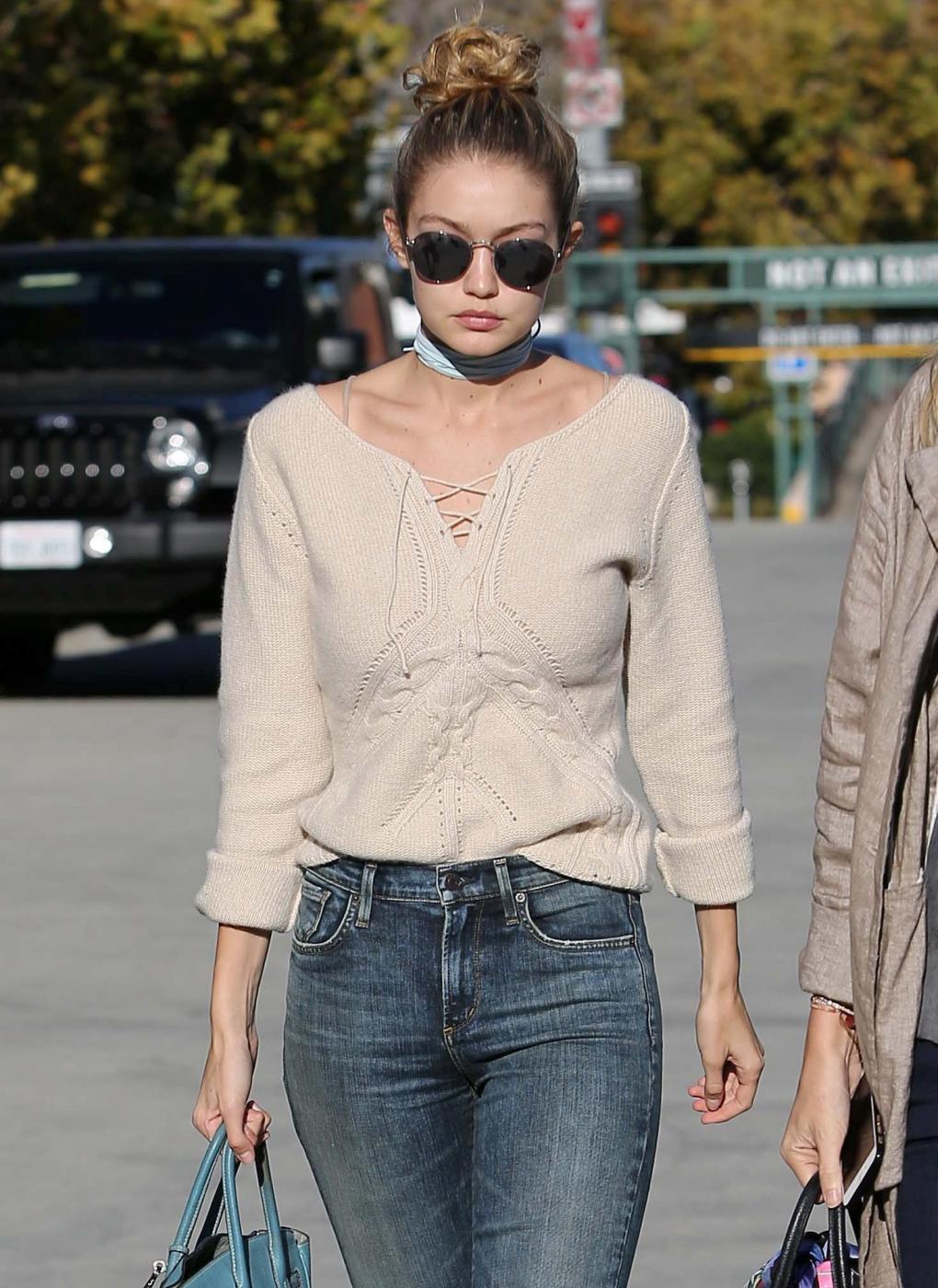 Gigi Hadid: jeans e maxi stivali color panna FOTO 3