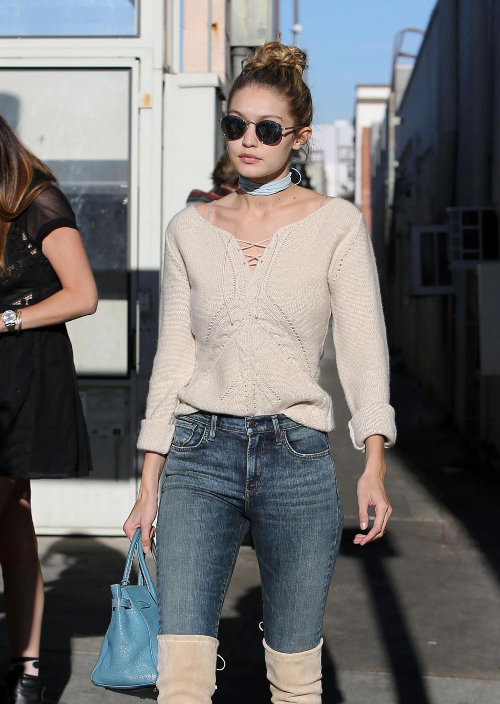 Gigi Hadid: jeans e maxi stivali color panna FOTO 5