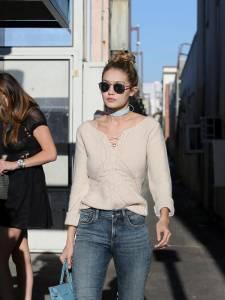 Gigi Hadid: jeans e maxi stivali color panna FOTO 7