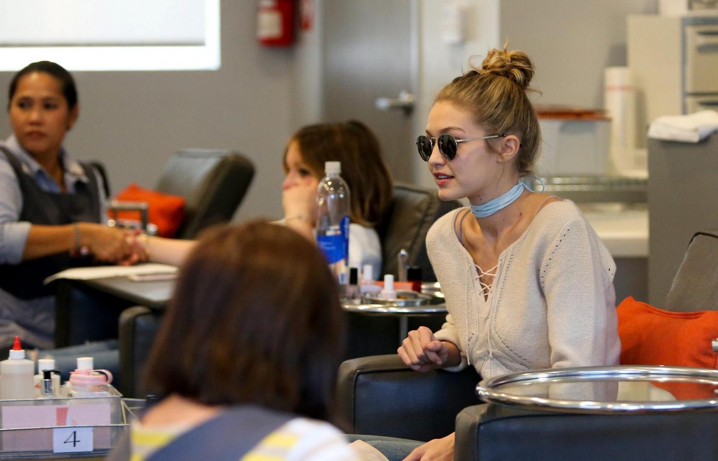 Gigi Hadid: jeans e maxi stivali color panna FOTO 9
