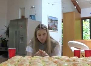 Nela Zisser sfida il cibo: 100 cheesburger per la modella VIDEO