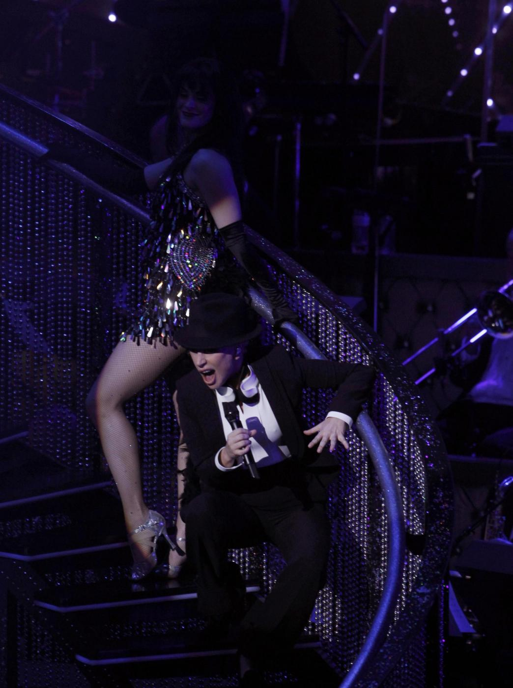 Lady Gaga, abito monospalla e cappello al concerto8