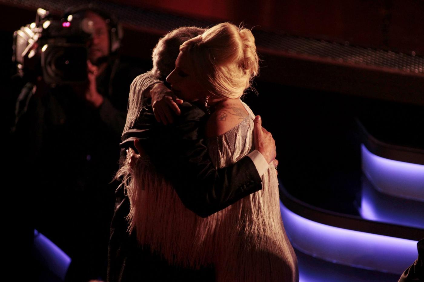 Lady Gaga, abito monospalla e cappello al concerto2