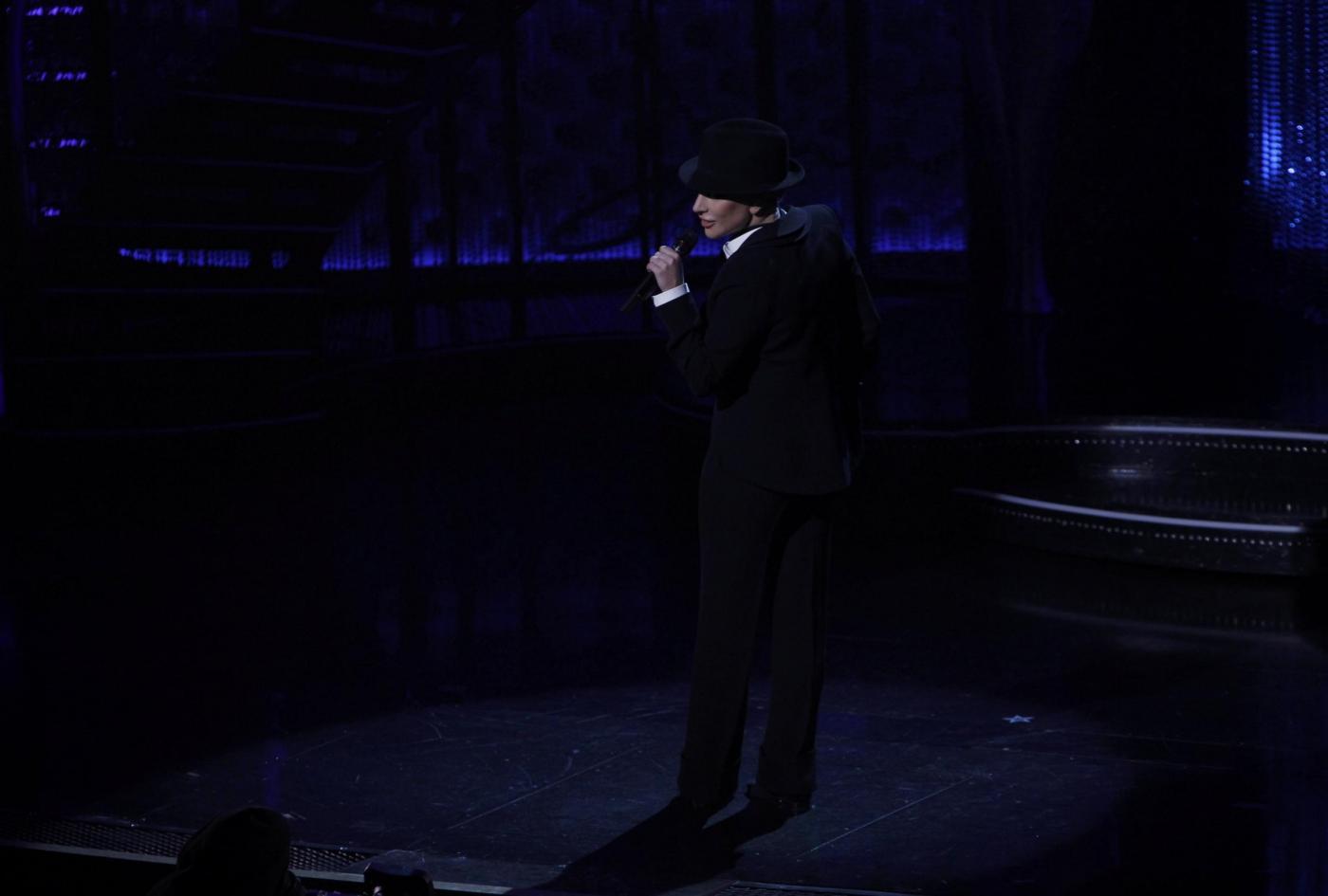 Lady Gaga, abito monospalla e cappello al concerto7