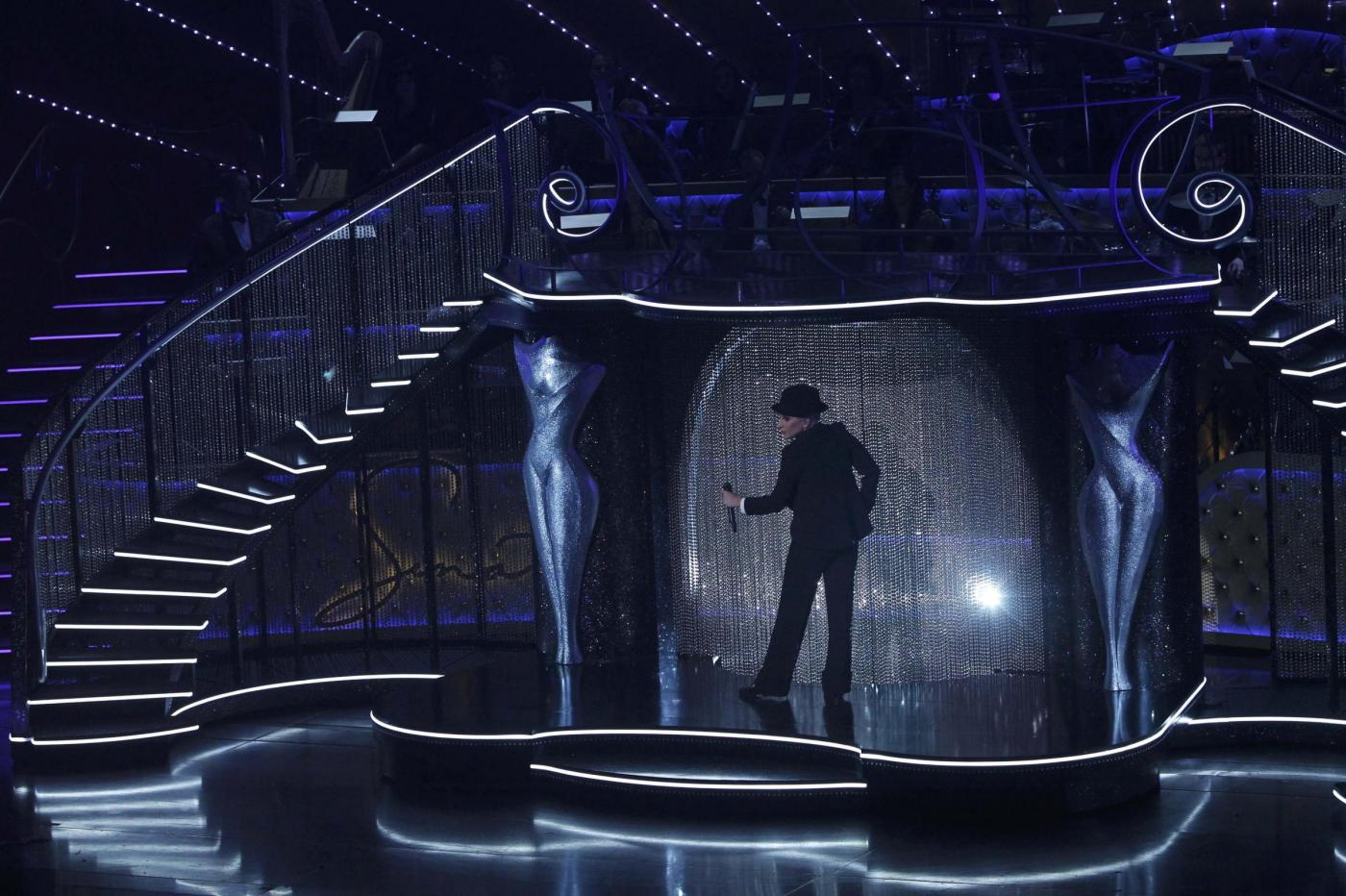 Lady Gaga, abito monospalla e cappello al concerto9