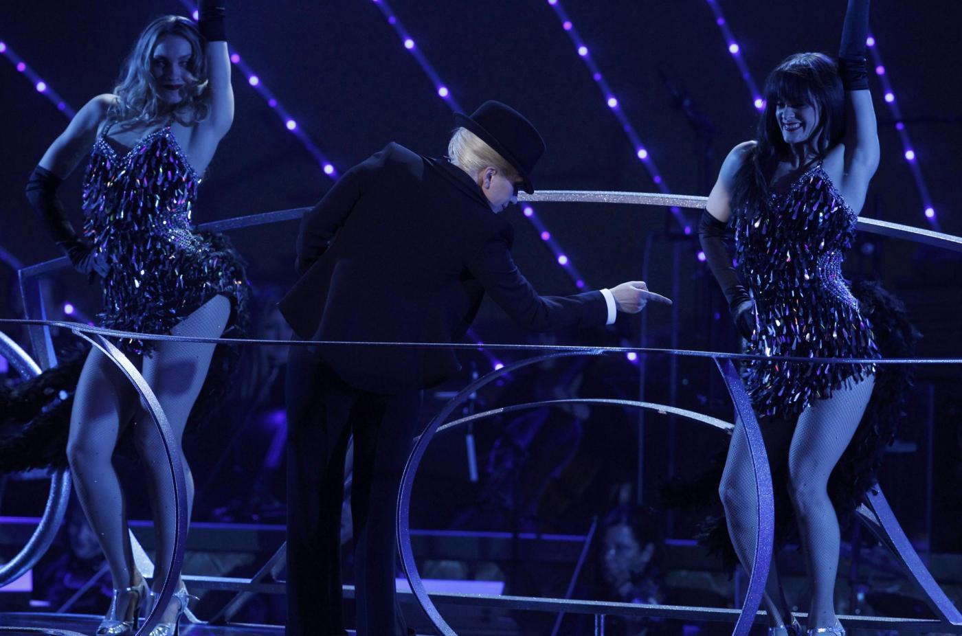 Lady Gaga, abito monospalla e cappello al concerto12