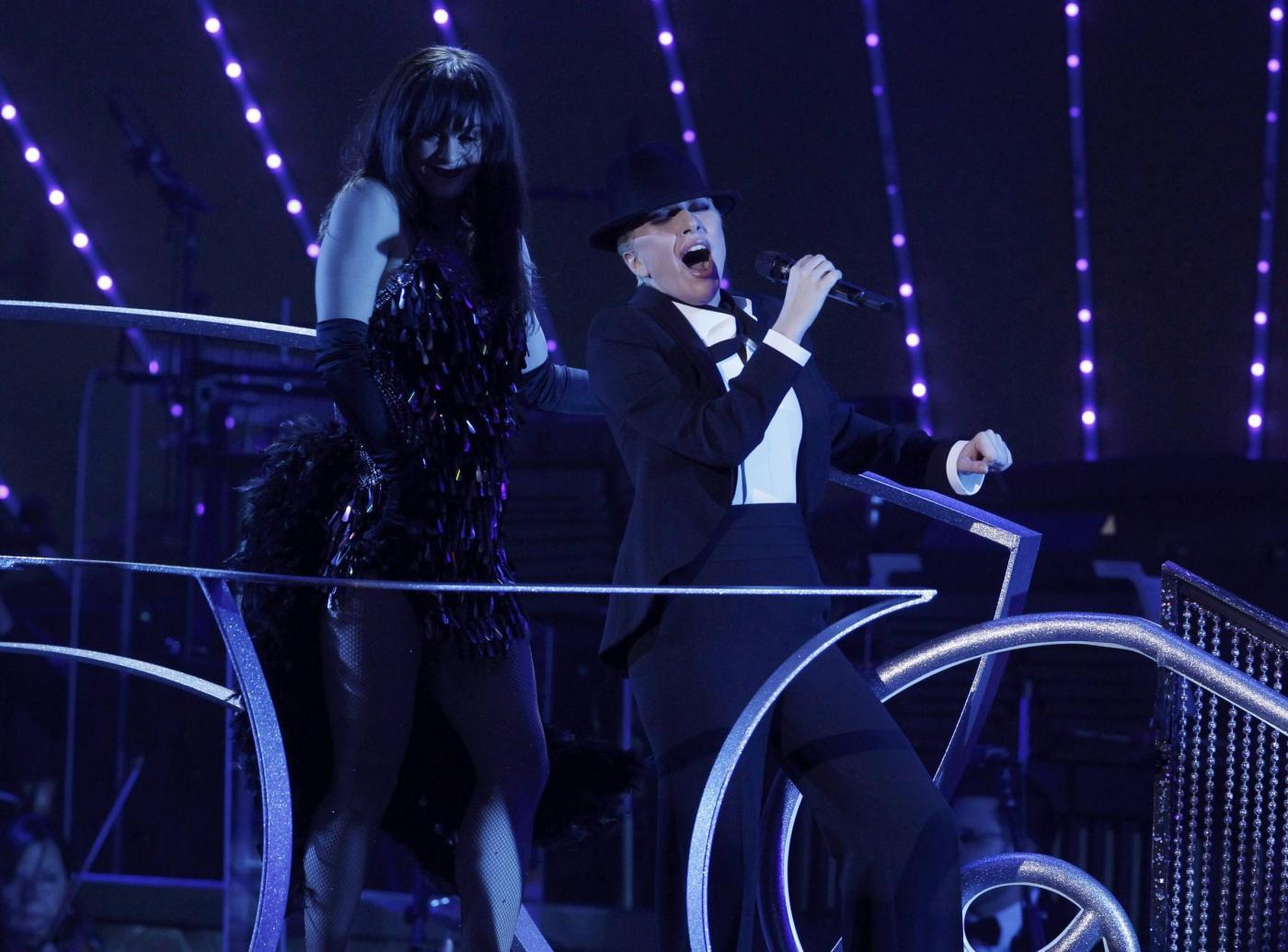 Lady Gaga, abito monospalla e cappello al concerto4